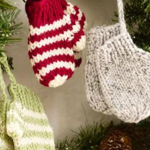 Knitting Pattern For Snowman Mittens : 47 Christmas Knitting Patterns FaveCrafts.com
